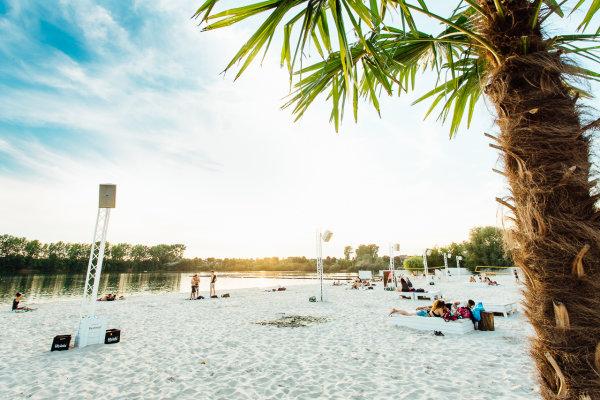 sundown beach club escher see k ln beach bars. Black Bedroom Furniture Sets. Home Design Ideas